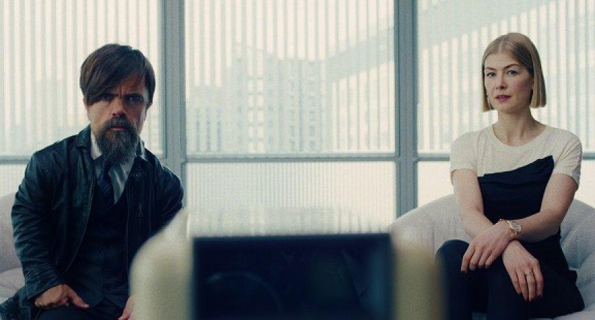 Netflix電影《完美監護》首曝預告!羅莎蒙派克算計長者遇「小惡魔」攔截