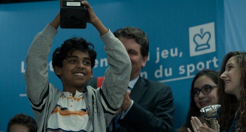 真實版《后翼棄兵》!8歲男童跨越8千公里只為實現「棋盤冠軍夢」