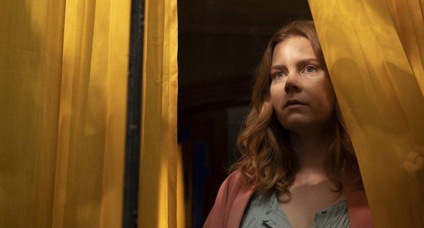 Netflix五月上線驚悚電影《窺探》!艾美亞當斯偷窺鄰居引來殺機