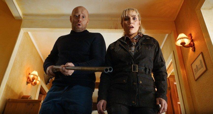 Netflix犯罪喜劇電影《致命之旅》曝預告!歐蜜瑞佩斯謀殺親夫惹上大麻煩
